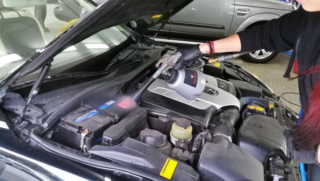 Der Tornador wird bei der Motorraumpflege eingesetzt. Nach der Motorraumreinigung werden sämtliche Kunststoffteile versiegelt.