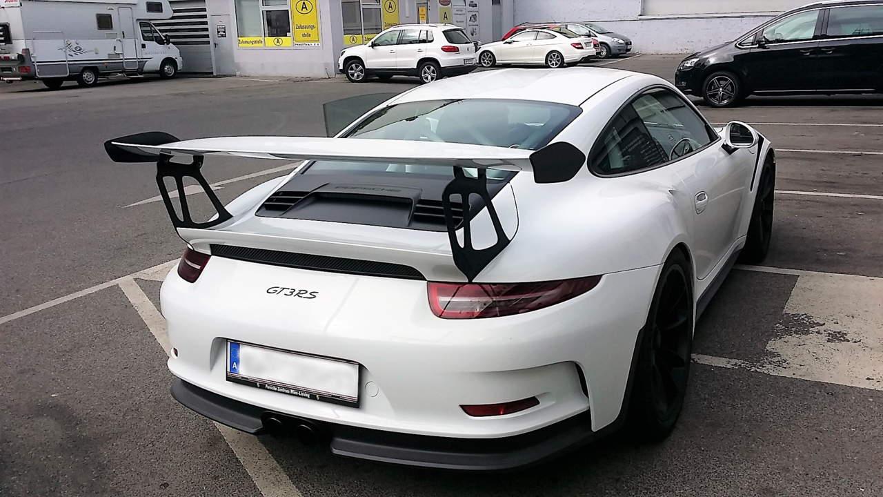 Der Porsche GT 3 RS ist viel auf Rennstrecken unterwegs. Damit der Lack geschützt ist wurde eine Keramikbeschichtung aufgetragen.