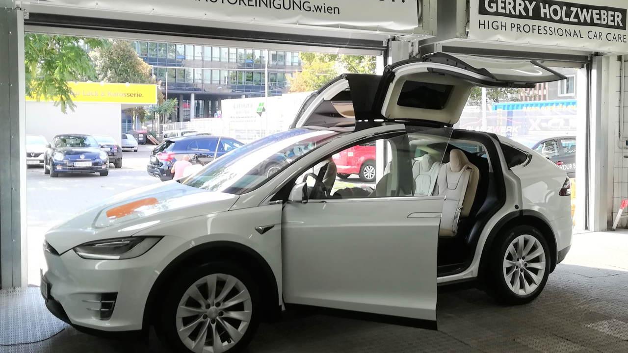 Dieser neue Tesla bekam eine Nano Neuwagen Versiegelung. Dem Kunden war wichtig, dass sich Insekten nicht so leicht in den Lack einbrennen können.