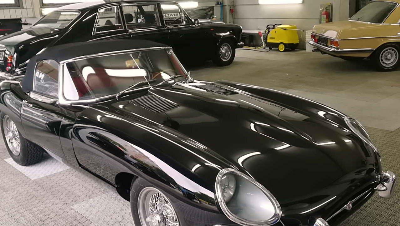 Dieser Jaguar e type erstrahlt nach der Swissvax Kur im Tiefenglanz.