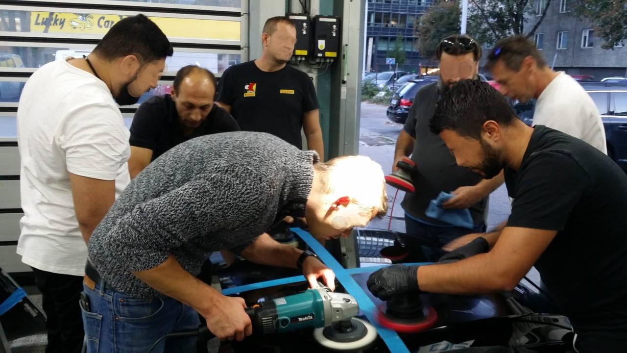 Kratzer schleifen muss man lernen. Geübt wird an einer ausgebauten Motorhaube.