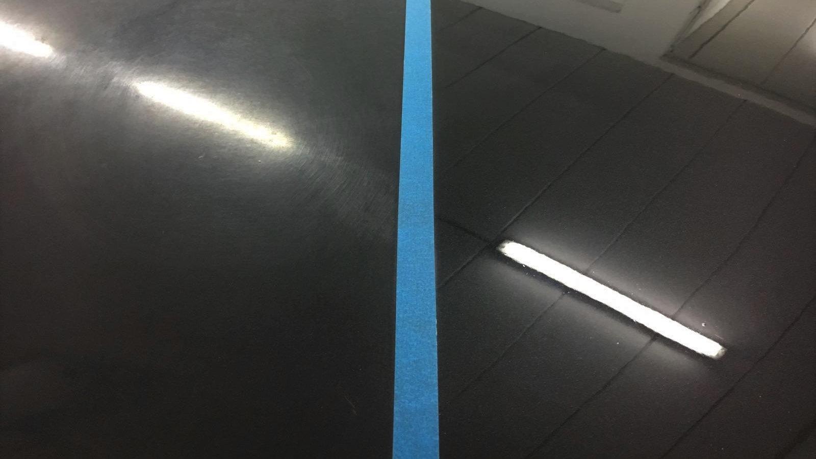 Hologramme wurden bearbeitet. Auf der rechten Seite sieht man den hologrammfreien Lack.
