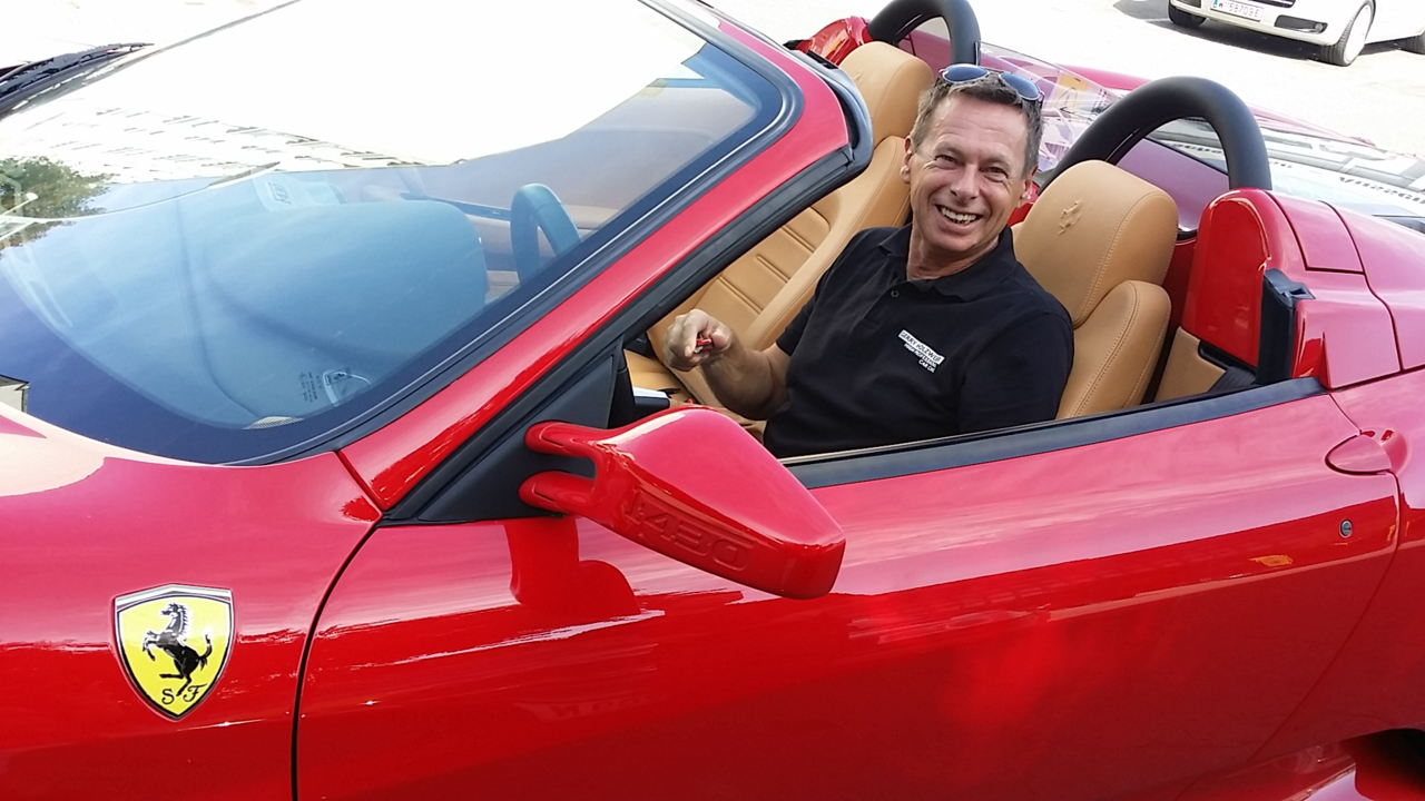 Gerry Holzweber, Inhaber von Autoreinigung Wien in einem frisch aufbereiteten Ferrari.