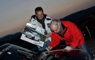 Rauno Aaltonen signiert den Mini Cooper von Gerry Holzweber